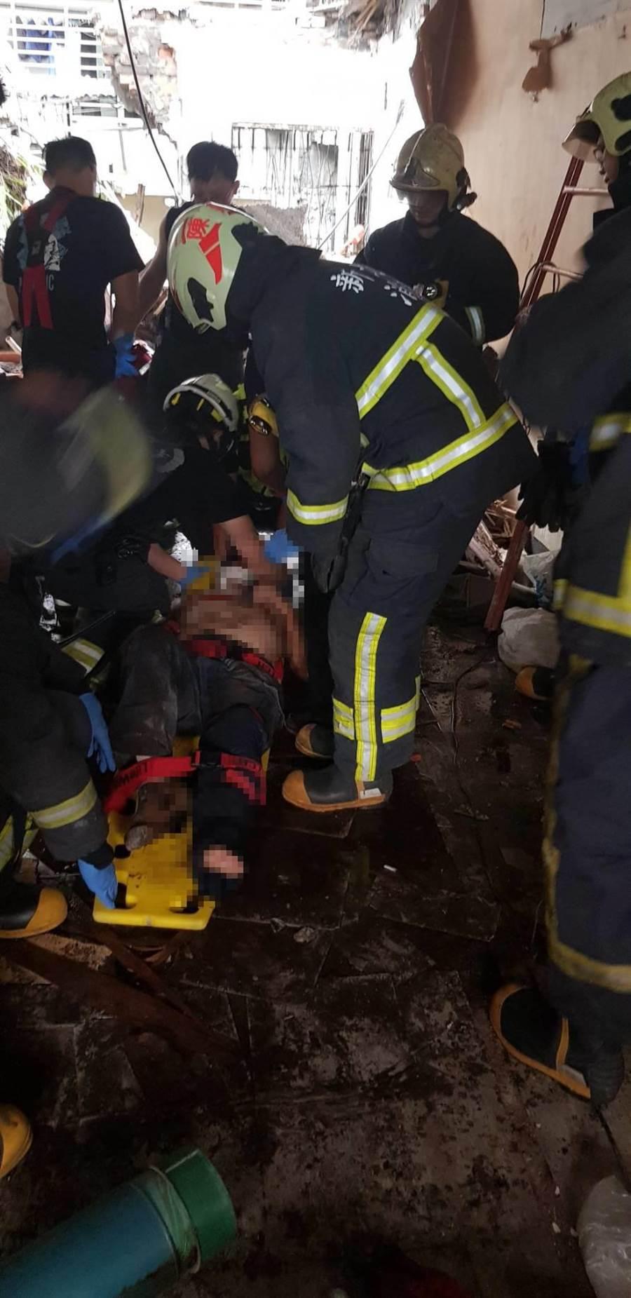三重區一名50多歲的工人今日下午遭工地磚牆壓傷,手腳呈開放性骨折,已緊急送往北市馬偕醫院治療。(吳亮賢翻攝)