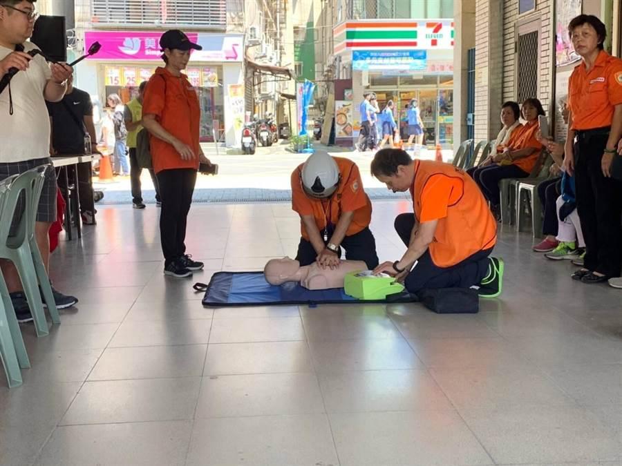 新北市中和區華新里自主防災社區教育訓練於27日上午10時舉辦實地演練。(葉書宏翻攝)