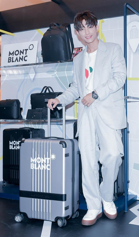 炎亞綸示範機場時尚,推萬寶龍行李箱帥氣搭飛機,不怕滾輪卡卡。(盧禕祺攝)