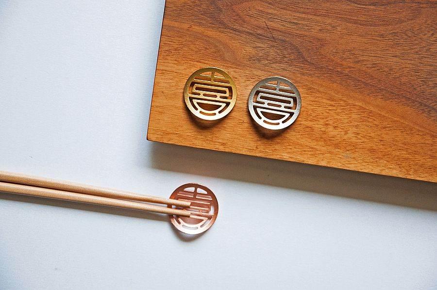 雙喜筷架-藉由簡單明確的設計表達出送禮質感與純粹祝福。(圖取自台創官網)