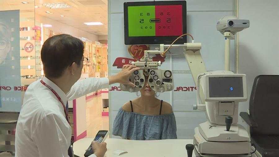 得恩堂眼鏡都是專業有合格證照的驗光師。