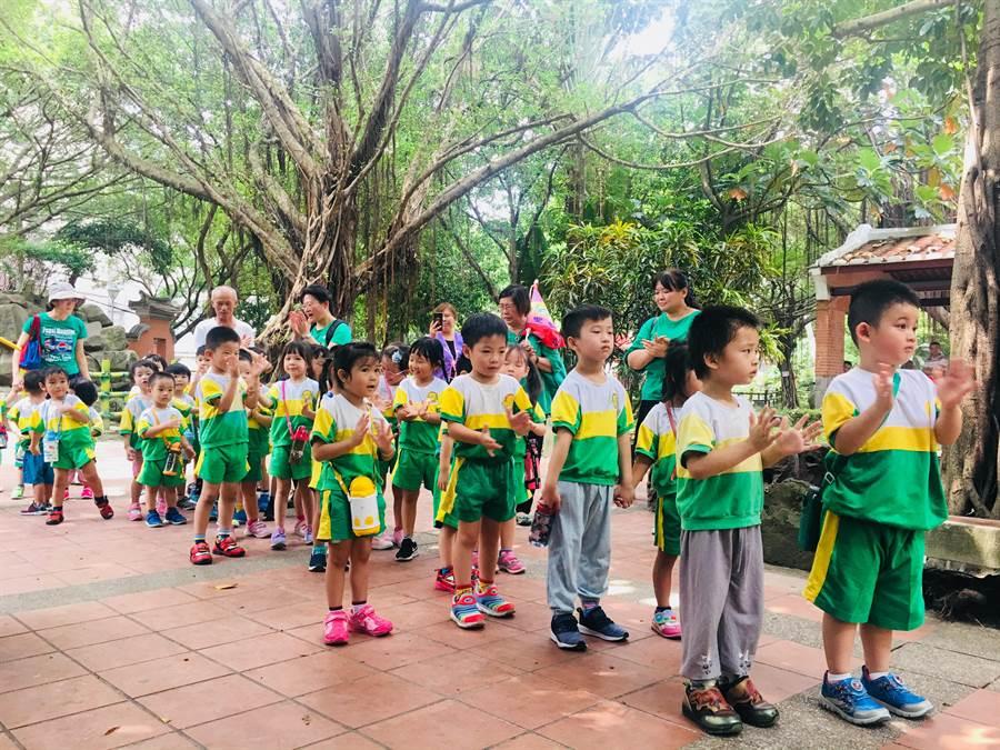 板橋農村公園交趾陶展覽區今(29)日重新開放,開放時間每天上午8時至下午5時。(葉書宏翻攝)