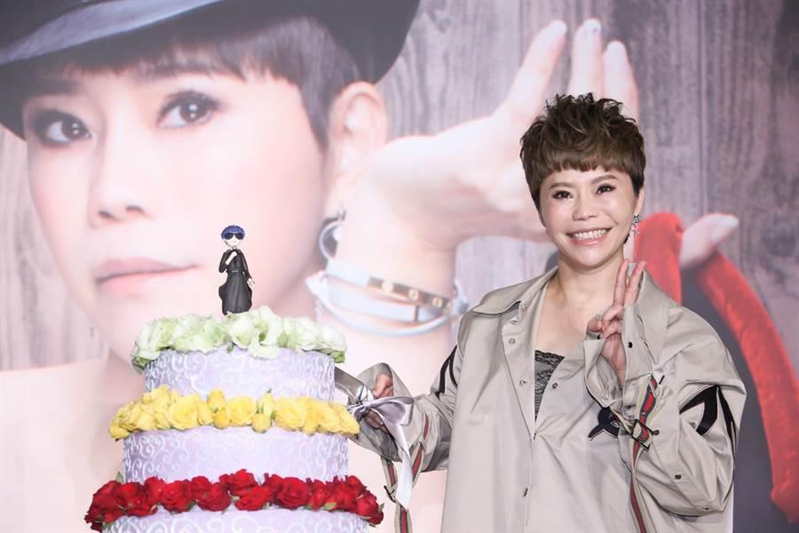 金曲台語歌后詹雅雯30週年演唱會將開跑,主辦單位獻上有YW公仔娃娃三層高的巨型蛋糕象徵詹雅雯的女王氣勢。(羅永銘攝)