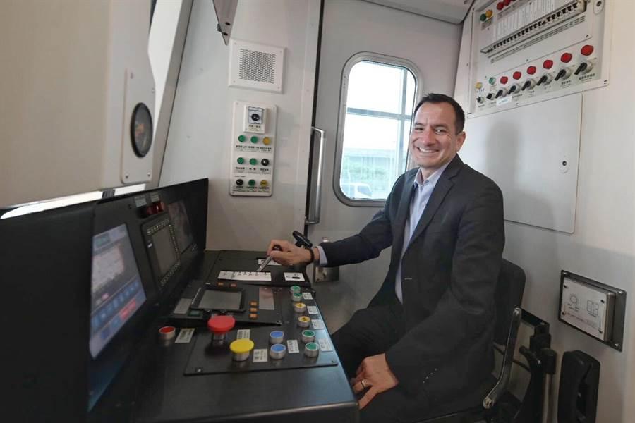 加州州眾議會議長藍道安(前排右四)率團訪問機場捷運。(秘書處提供)