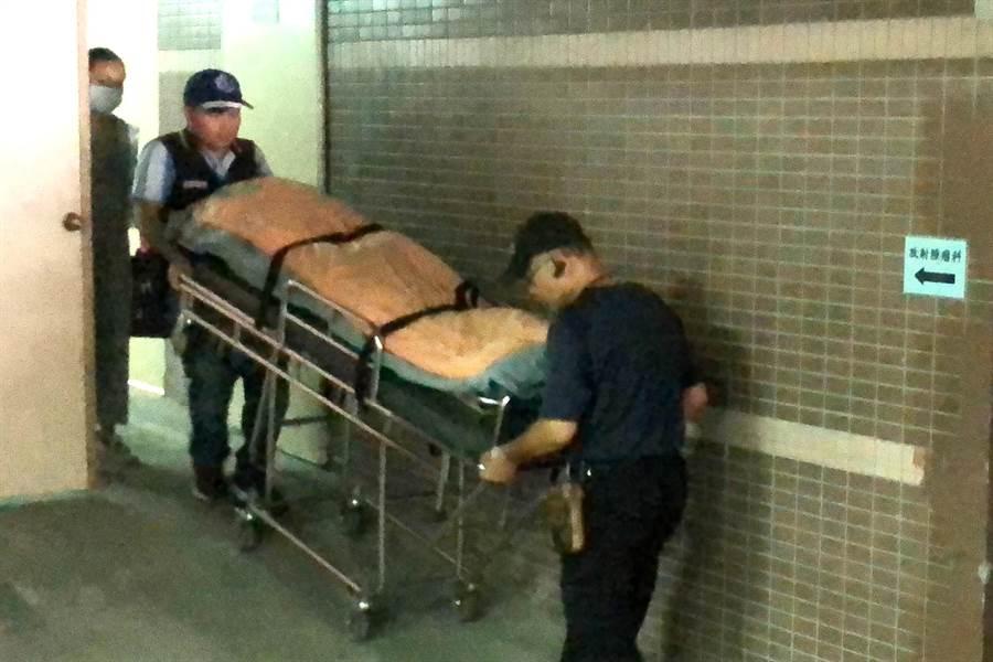 ▲台中太平槍擊案賴姓嫌犯於警方圍捕時頭部中彈身亡,29日遺體由埔里送往南投殯儀館,再由檢警進一步解剖相驗。(楊樹煌攝)