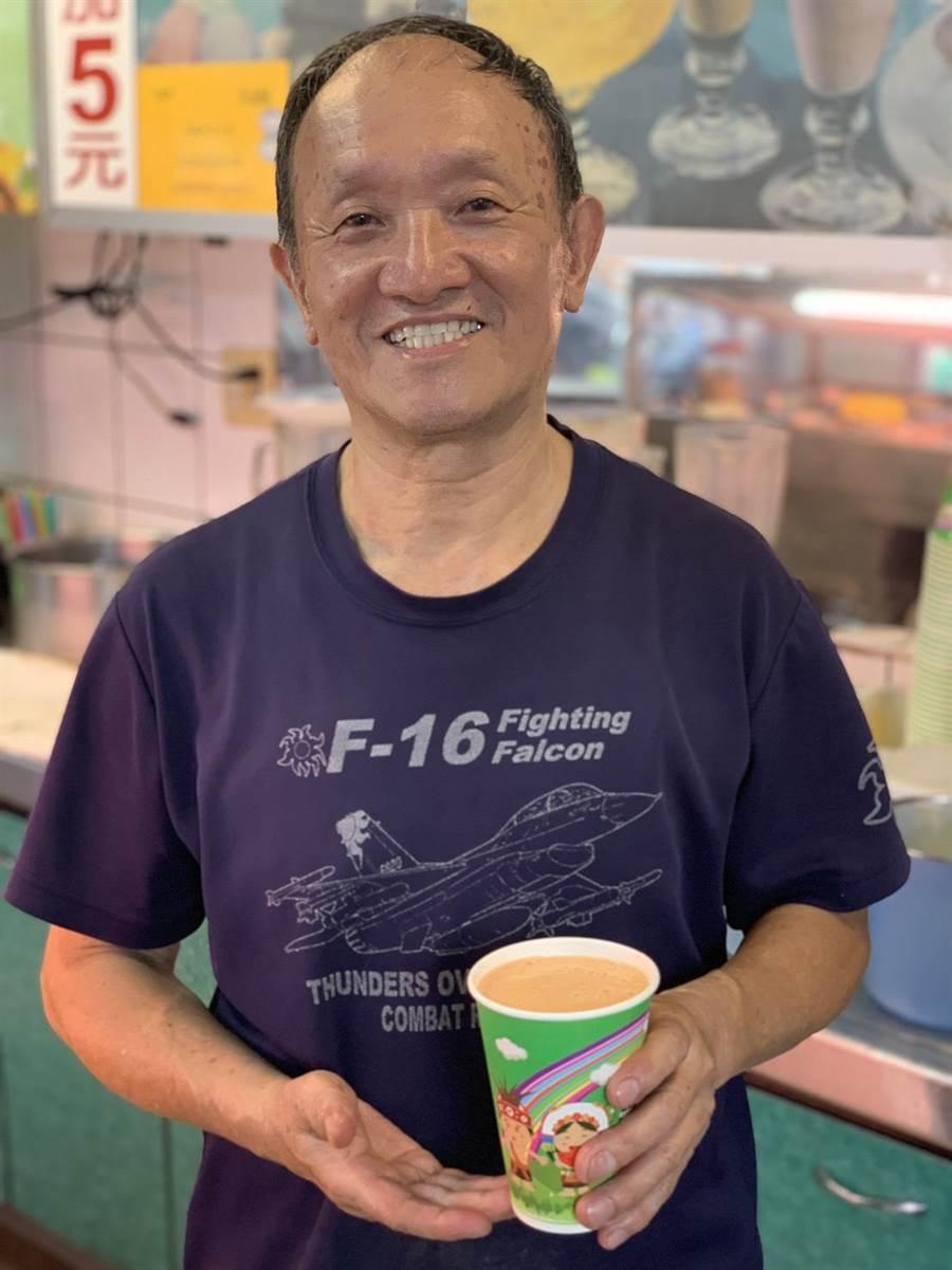 老闆楊森永表示,新城木瓜是他的好夥伴,獨特香氣搭配濃醇牛乳,才能孕育一杯好的木瓜牛奶,小東西也不馬虎。(王昱凱攝)