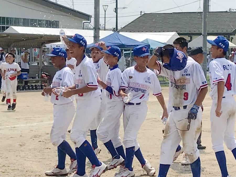 第37屆世界少年軟式棒球錦標賽,關西國小組訓的中華隊,以2比1擊敗日本大阪奪冠,教練和球員雀躍不已。(羅浚濱翻攝)