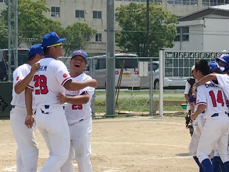 第37屆世界少年軟式棒球錦標賽,關西國小組訓的中華隊,以2比1擊敗日本大阪奪冠,球員們相當興奮。(羅浚濱翻攝)