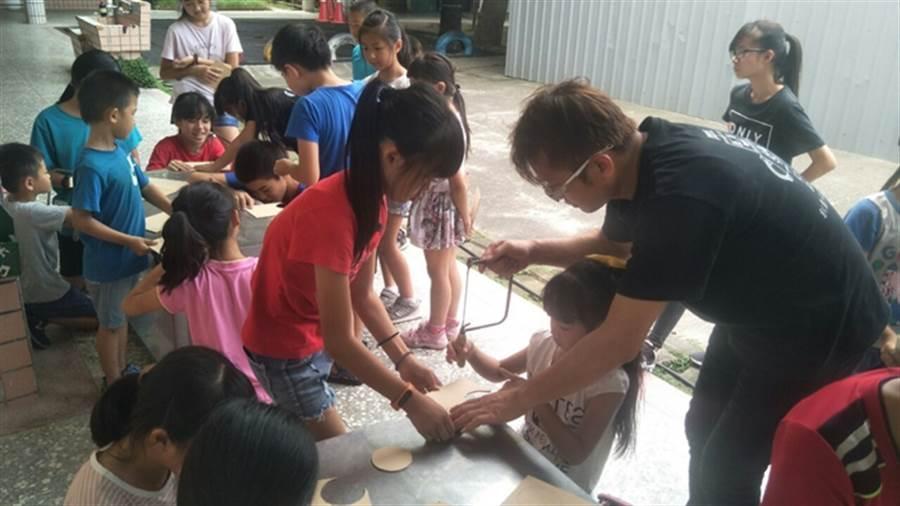 海寶國小辦理科學機器人課程,激發新住民子女科技創作潛能、培養自信心。(何冠嫻翻攝)