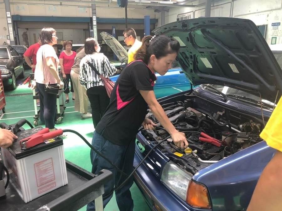 苗栗縣婦女福利服務中心辦理生活實用技能課程,開設認識汽機車基本構造、常見突發狀況處理課程。(何冠嫻翻攝)