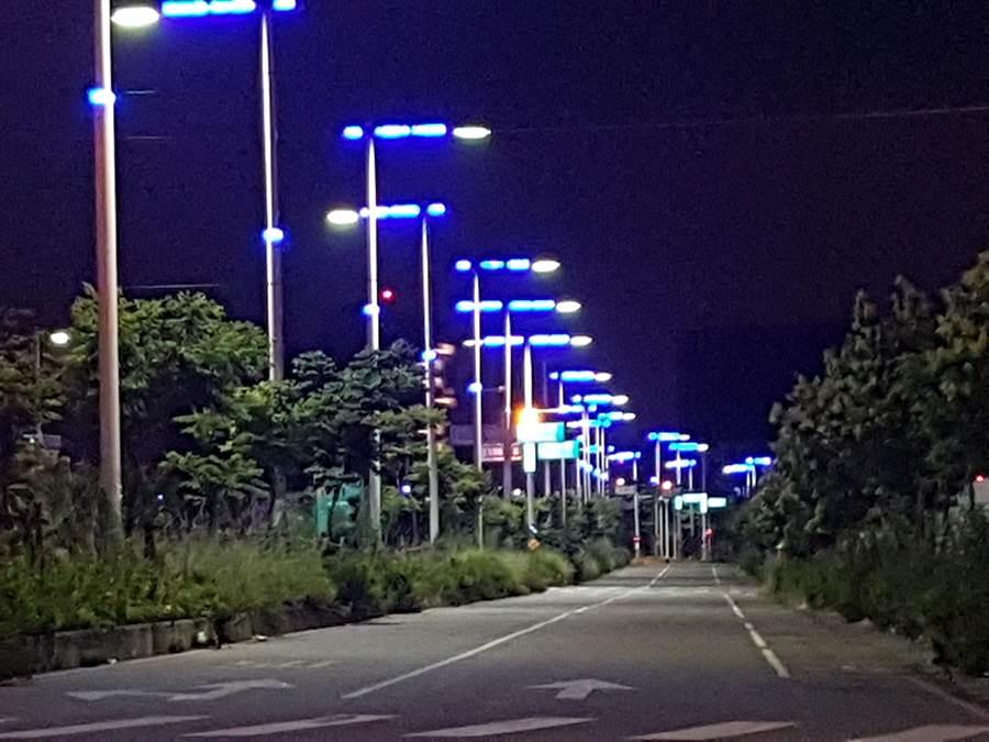 台中市北屯區,靠近松竹路1段與敦富路附近,一到夜晚,幽藍色的路燈點亮,無人街道且整排「藍光點點」,讓人有種「寂寞藍色街道」感覺,遠遠望去幽藍色光芒像是1串美麗的藍寶石項鍊。(張妍溱攝)