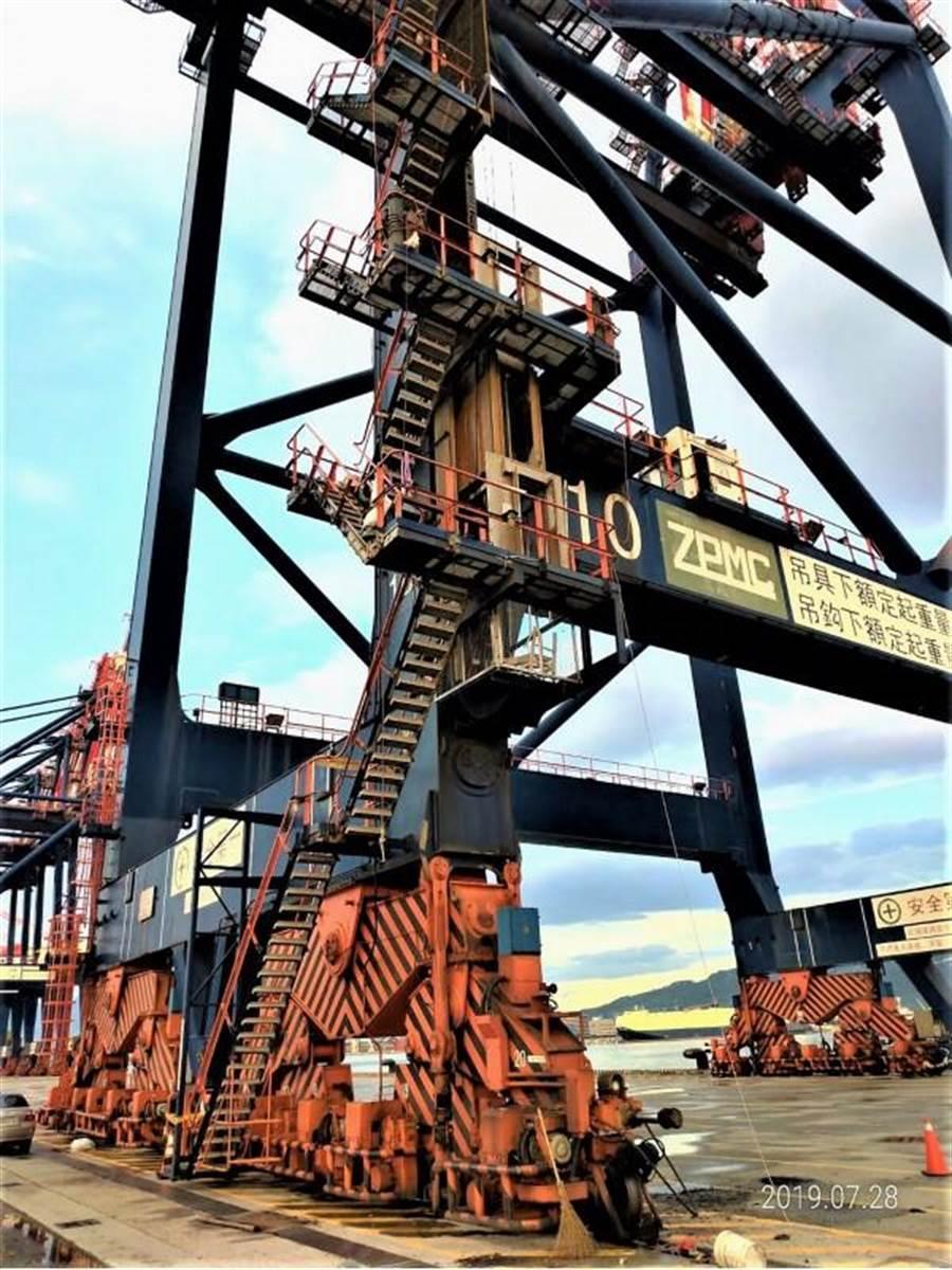 台北港28日發生貨櫃橋式起重機電梯墜落壓死維修工人意外。(中央社)