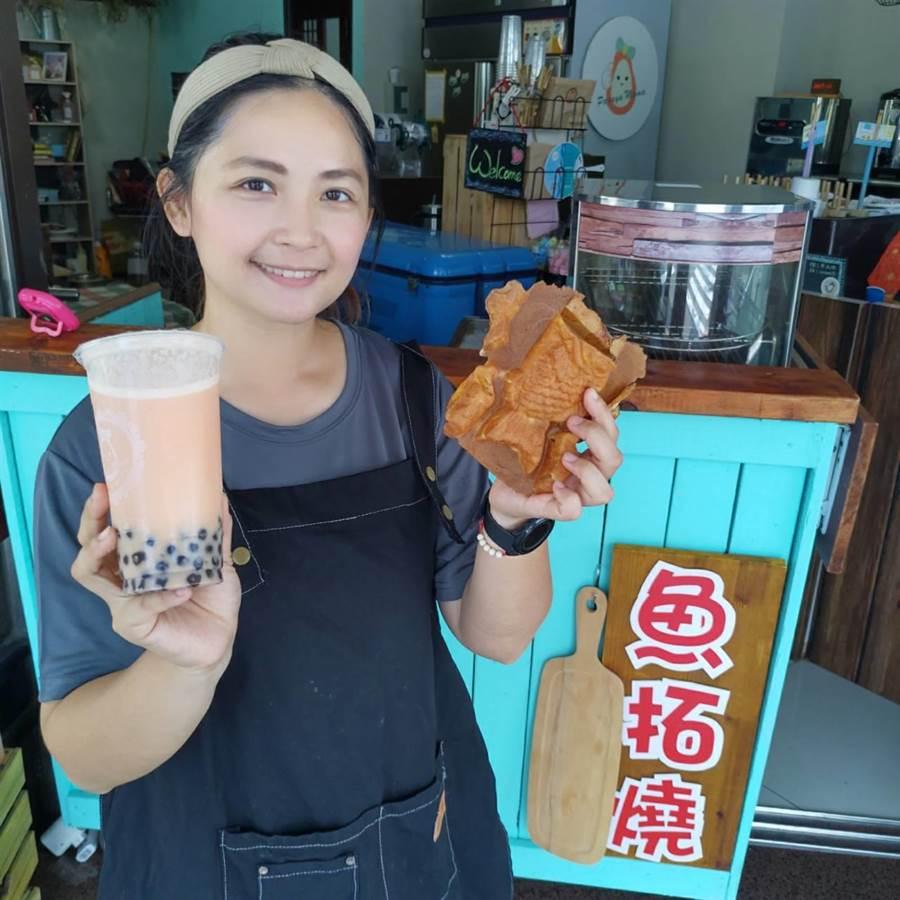 「木瓜媽」吳珮俞跟先生原本都在科技業,後來跟著夫家在台南大內務農,2年前在善化開店,用自家種的木瓜配上小農鮮乳賣起木瓜牛奶,又自創點心「魚拓燒」,是南科人下午茶的最愛。(莊曜聰攝)