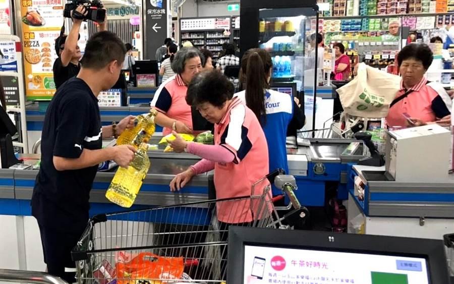 ▲中寮鄉活力站、日托站、關懷據點、樂齡學習中心的百位長者,每人都在超市購買不少家中需求物資。(楊樹煌攝)