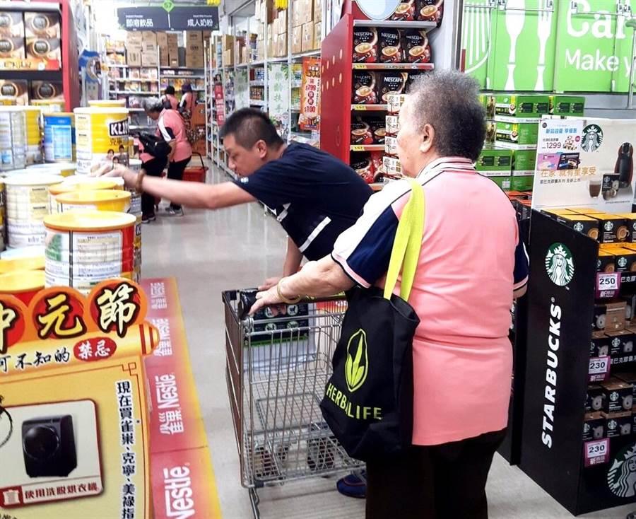 ▲龍眼林福利協會的長者因有愛心人士黃明賜的關懷,贊助每位長者1200元購物金,讓他們在超市歡欣的購物。(楊樹煌攝)