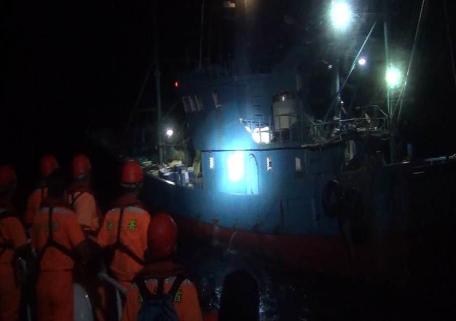 海巡署派遣艦艇遠赴烏坵海域,逮捕1艘越界作業的泉州籍漁船。(金門海巡隊提供)
