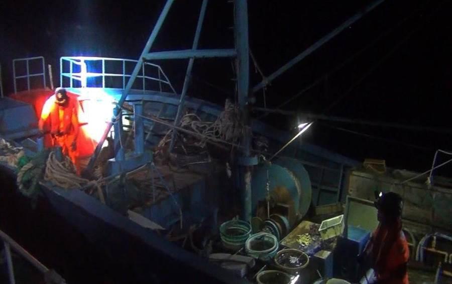 海巡幹員登船查獲陸船越界捕撈的漁獲。(金門海巡隊提供)