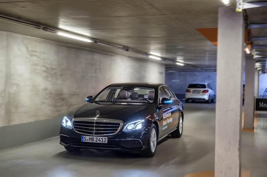 當車輛處於自動駕駛模式時,車輛會亮起藍綠色光芒,方便其他用路人及車輛判別。(台灣賓士提供)
