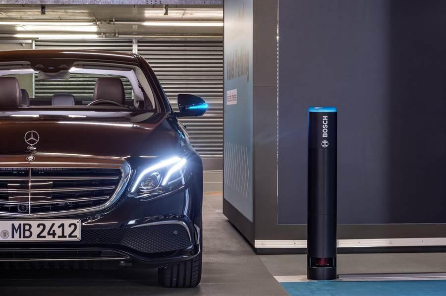 Daimler與Bosch共同開發的無人駕駛自動泊車技術(Automated Valet Parking)獲當局核可為全球首例。(台灣賓士提供)