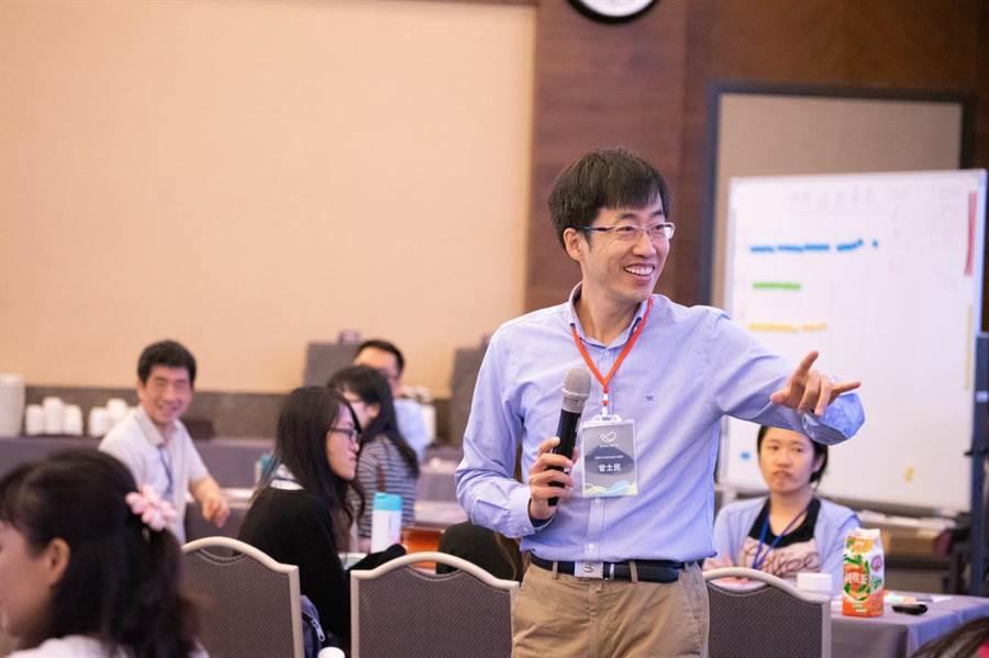 引導師曾士民帶著老師一起體驗SDGs桌遊。(教育局提供)