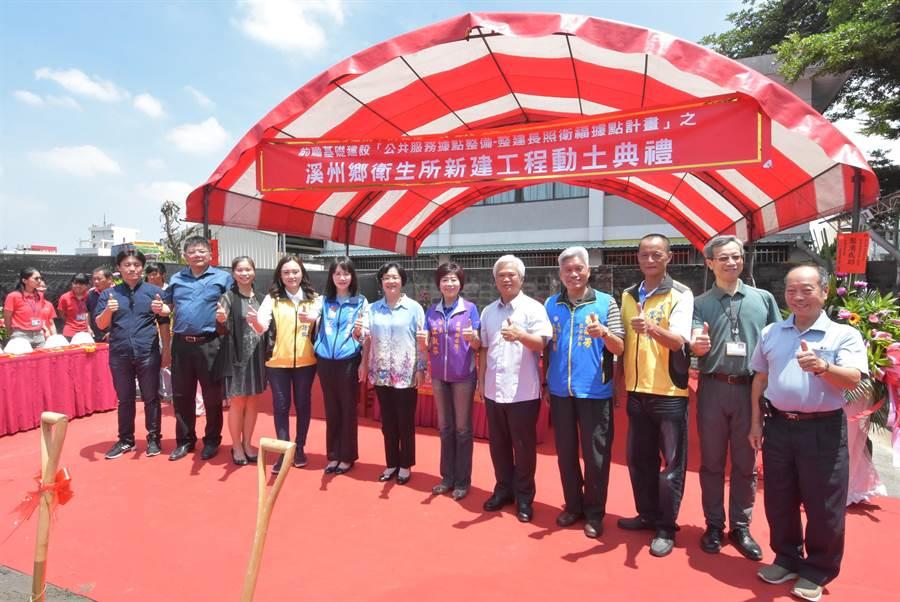動土典禮後,王惠美(左)親自在金鏟子上簽名留念。(謝瓊雲攝)