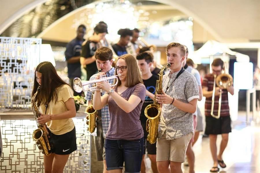 享譽全球的爵士小號手、葛萊美獎得主西恩.瓊斯帶領美國國家青年爵士樂團(NYO Jazz)來台演出,在台北晶華酒店快閃演出。