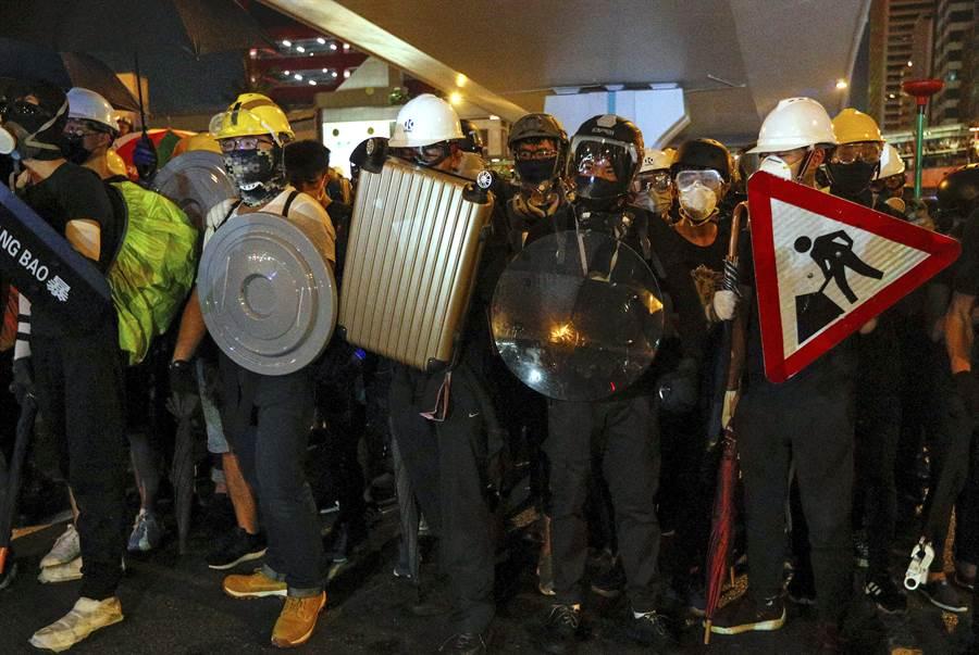 延續數周的香港反送中抗議活動中,群眾紛紛戴上帽子、口罩、防護眼鏡,除了可以防護警棍與催淚瓦斯的攻擊之外,還能避免被拍攝臉部影象,以防日後遭到逮捕或報復。(圖/美聯社)