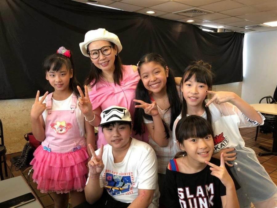 小小彬(前排左)、雨揚居士(後排左二)開心合照。(圖/雨揚基金會提供)