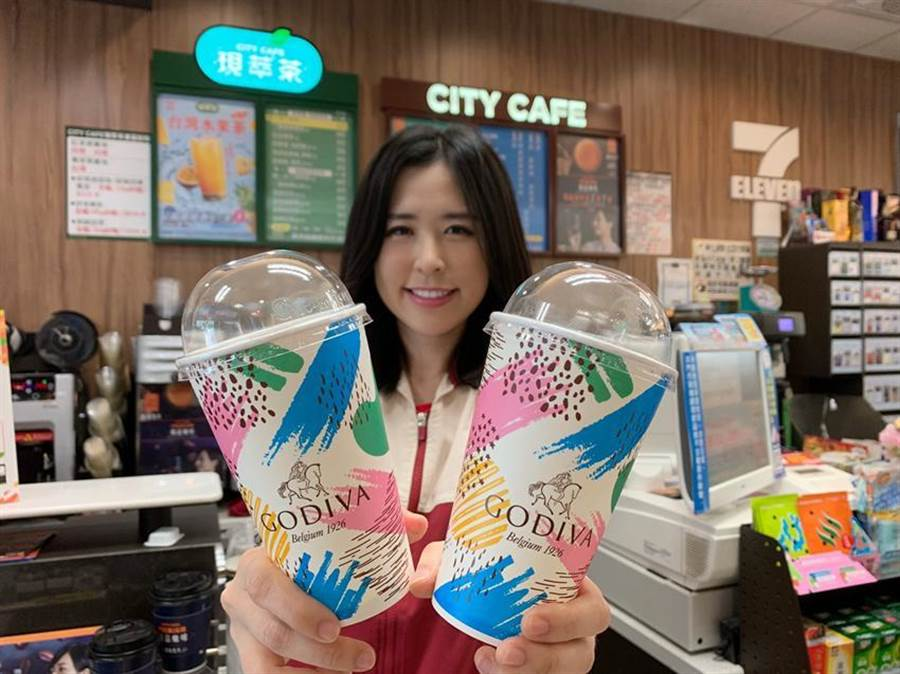 (7-ELEVEN再度攜手GODIVA,推全新「GODIVA經典冰可可」,全台限量60萬杯。圖/業者提供)