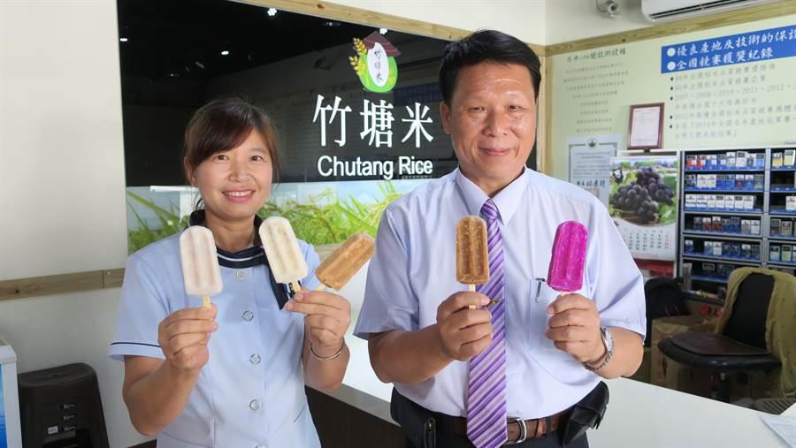 竹塘鄉農會總幹事詹光信(右)發揮創意將農會產銷的優質冠軍米變成主角添加入冰棒中,生產的米冰棒去年一推出就造成轟動。(謝瓊雲攝)