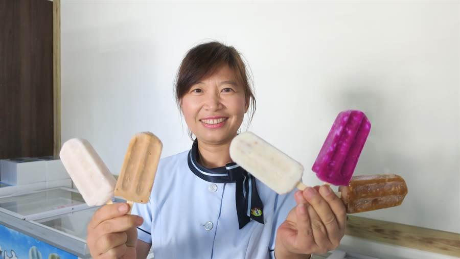 農特產行銷中心主任詹蕙如手中拿著五支不同口味米冰棒,去年正式上市推出的古早味米冰棒,總共有五種口味,今年4月開賣後短短2個月就已銷售6萬支,小兵立大功、十分轟動。(謝瓊雲攝)