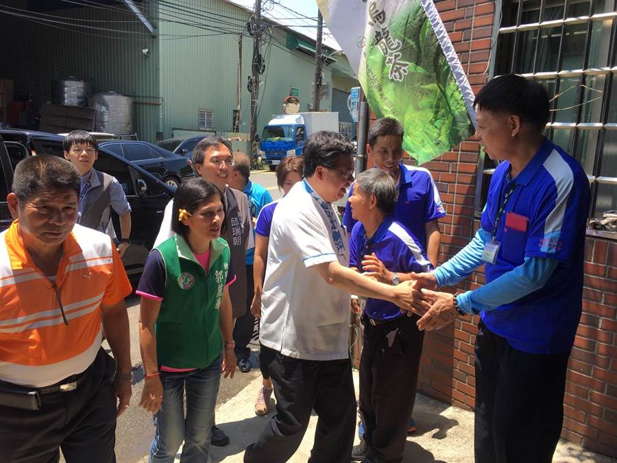 蘆峰茶製茶體驗,桃園市長鄭文燦與學子同樂。(蘆竹公所提供)
