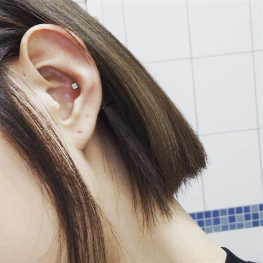 邵雨薇透露耳朵上有個小洞。(截自臉書)