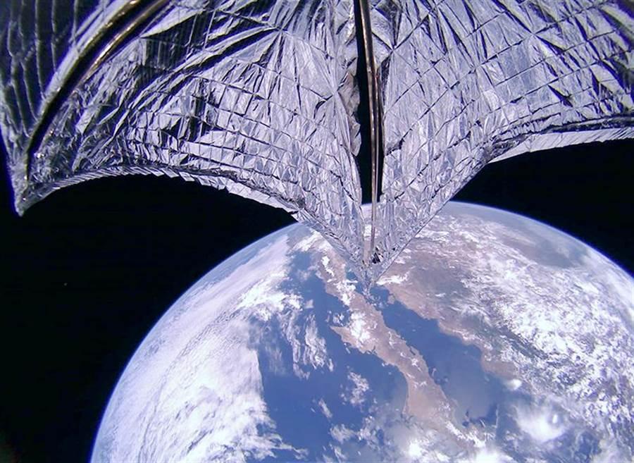 光帆2號成功伸展了太陽帆,測試太陽的光壓力。(圖/行星協會)
