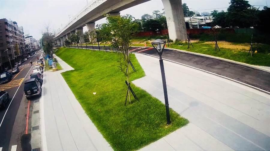 台鐵高架軌道下方打造綠空廊道,提供自行車道與徒步區的休閒機能,為附近房市帶來增值效果。(盧金足攝)