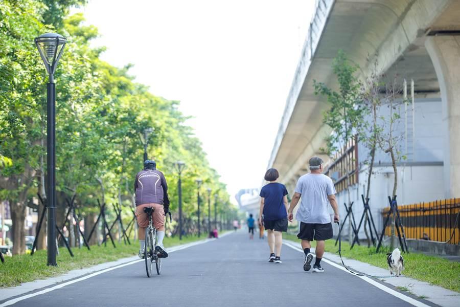 台中市鐵路高架化後,鐵道下的廊帶綠美化,提供市民休閒、運動去處,也激勵周遭房市買氣。(盧金足攝)
