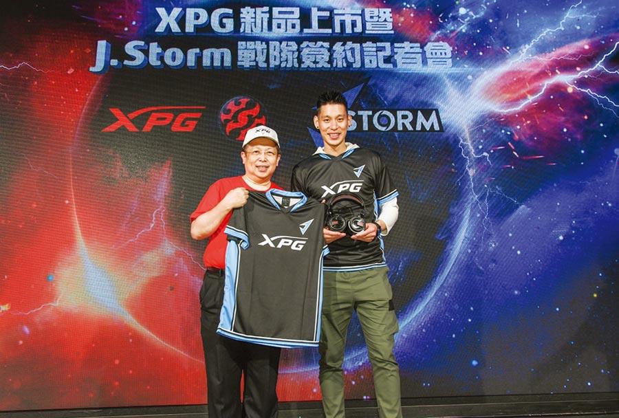 威剛董事長陳立白(左)宣布旗下電競品牌XPG全系列標準配備,並重磅贊助NBA台裔球星林書豪(右)旗下職業電競隊伍J.Storm。圖/業者提供