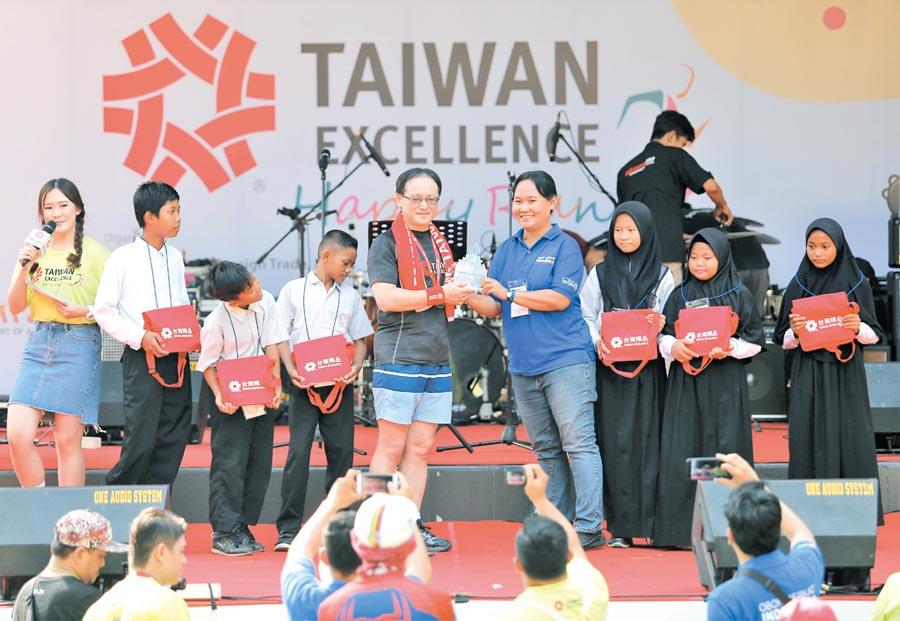2019年「台灣精品」公益路跑,印尼慈善團體OBI感謝「台灣精品」的公益力量,回贈感謝獎座給外貿協會王熙蒙副秘書長(前排左)。圖╱外貿協會提供