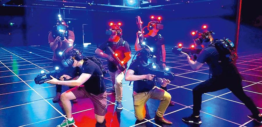 澳門百老匯ZERO LATENCY VR體驗館可玩最新的VR虛擬實境遊戲,玩家在廣達200平方公尺的寬敞場館內自由探索,展開VR遊戲之旅。圖/業者提供