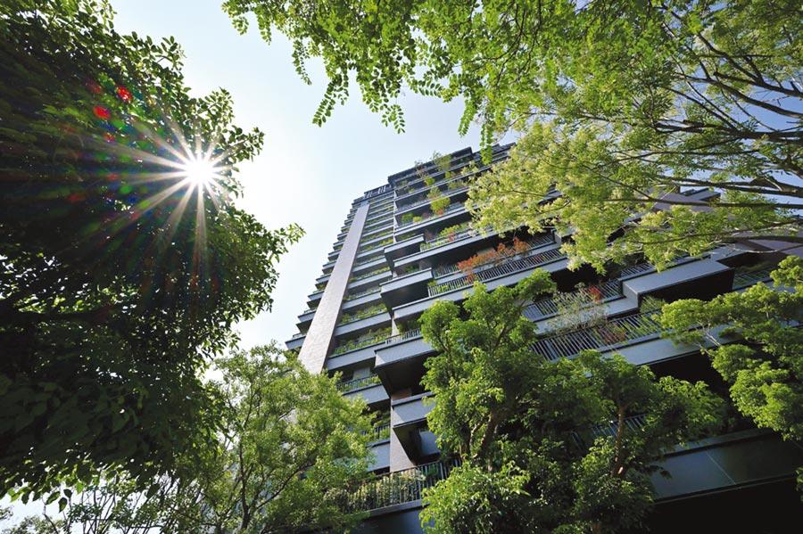 「陸府植森」建築外觀,綠意在空中綻放。圖/陸府提供