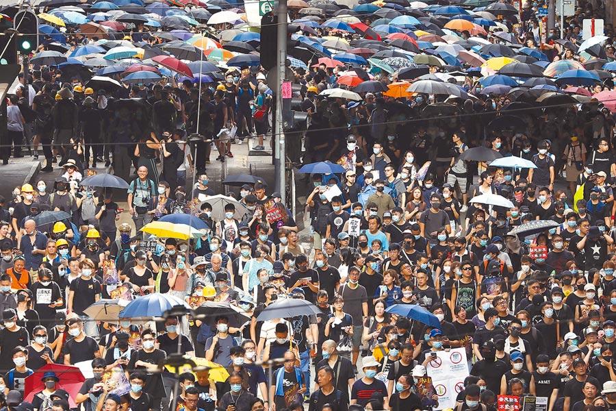 28日香港中環遮打花園追究警方用槍集會活動,最終演變為西環至銅鑼灣的大規模「自主」遊行。(美聯社)