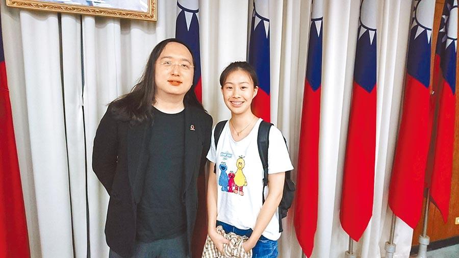 政委唐鳳表示,王宣茹(右)兩年前在join平台提案,是最年輕提案人。(王宣茹提供)