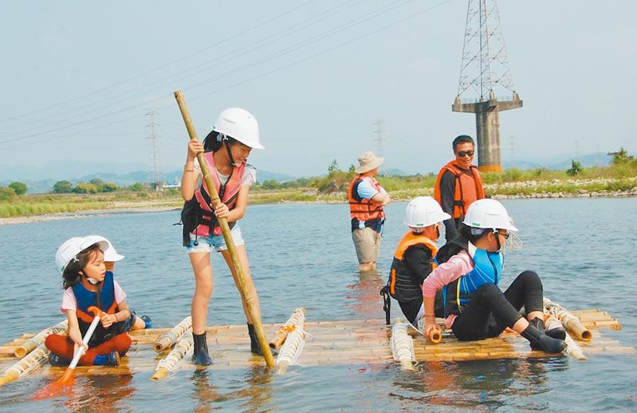 中市溪尾國小校定課程與社區旁烏溪結合,其中自製竹筏、體驗擺渡過溪,成了招生利器。(溪尾國小提供)