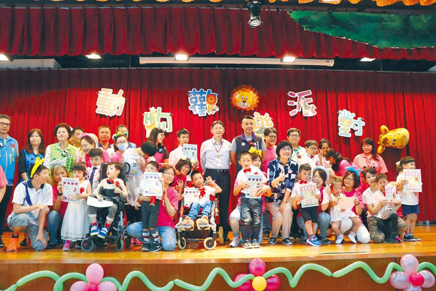 八里愛心教養院28日舉辦畢業暨結業典禮,歡送18名慢飛天使邁向人生下一階段。(吳亮賢攝)