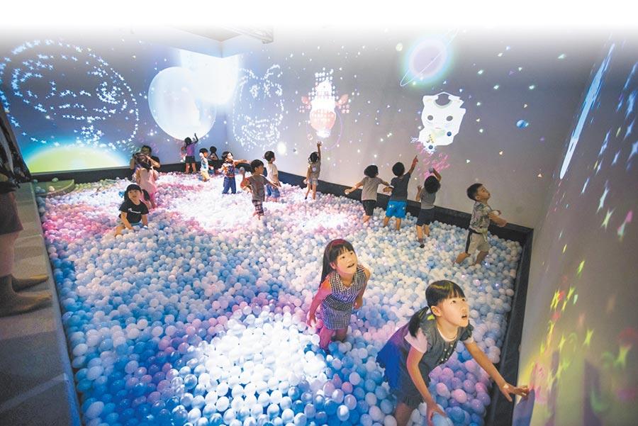 泡泡世界《Bubble World》打造超大型數位互動球池,讓小朋友玩得開心玩到瘋。(新北市政府文化局提供)