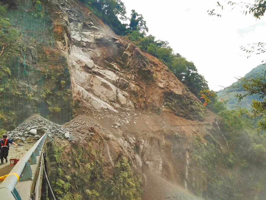 台7線北橫公路32.5K榮華路段28日上午大面積崩塌,影片曝光嚇壞民眾。(邱立雅翻攝)