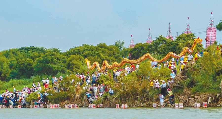 新竹縣義民祭典8月19日下午將在鳳山溪放水燈。(羅浚濱攝)