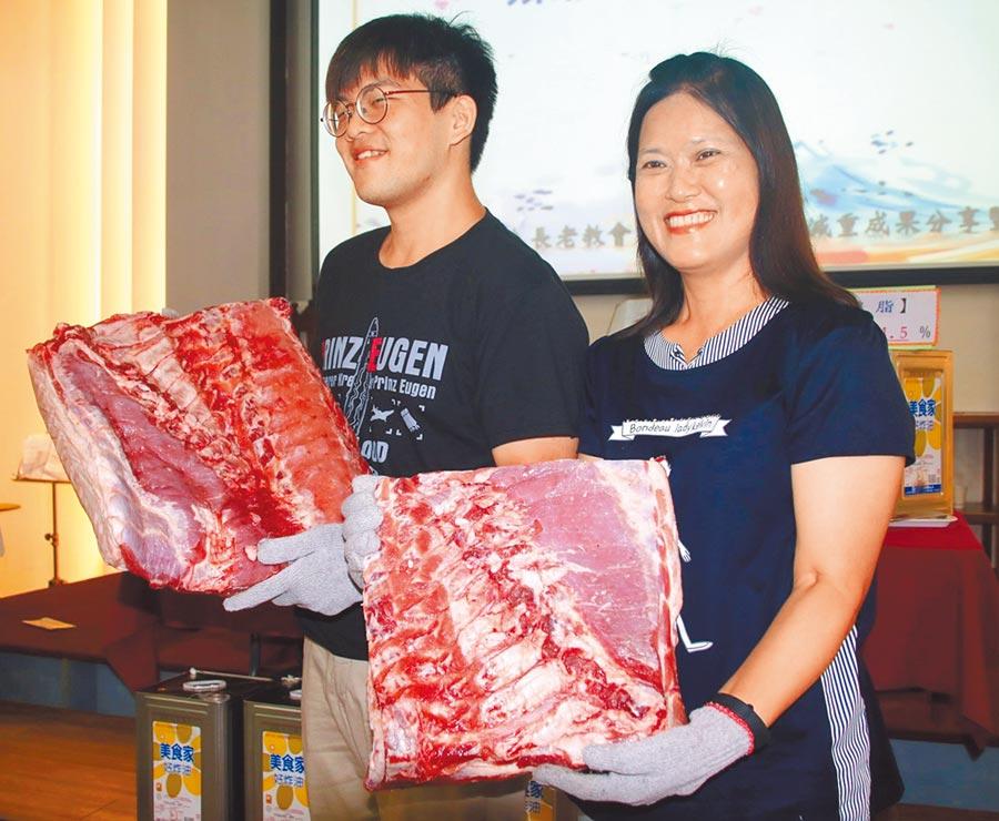 減重冠軍余子傑和林愛雪各獲頒10.5公斤及4.6公斤豬肉,成為矚目焦點。(楊樹煌攝)