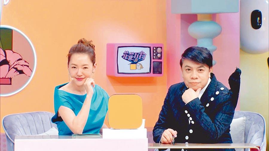 蔡康永(右)與小S合體主持《花花萬物2》。