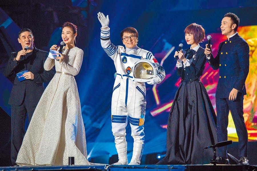 成龍前天以太空人裝扮拉風出場。
